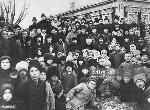 Lénine et Nadejda Kroupskaïa entourés de villageois à Kashino Russie le 14 novembre 1920