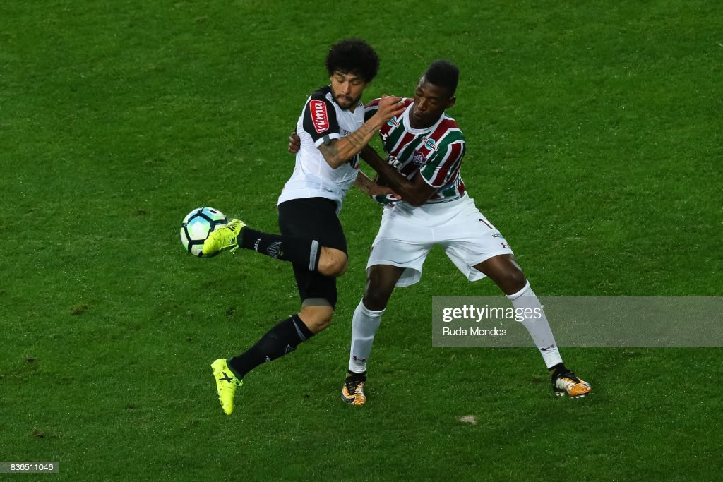 Lo Pel (R) of Fluminense struggles for the ball with Luan of Atletico MG during a match between Fluminense and Atletico MG part of Brasileirao Series A 2017 at Maracana Stadium on August 21, 2017 in Rio de Janeiro, Brazil.