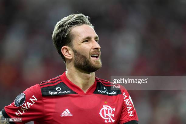 Léo Pereira of Flamengo reacts after being sent off during a semi final first leg match between Flamengo and Barcelona SC as part of Copa CONMEBOL...