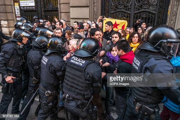 Load police seen removing the proindependence protesters from the center of the road Hundreds of Catalan independence supporters blocked the adjacent...