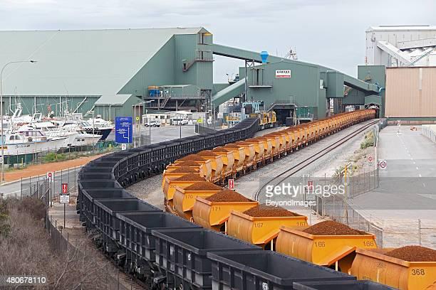Geladen und leer Eisenerz Züge In Geraldton Hafen