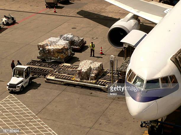 Loading cargo to boeing