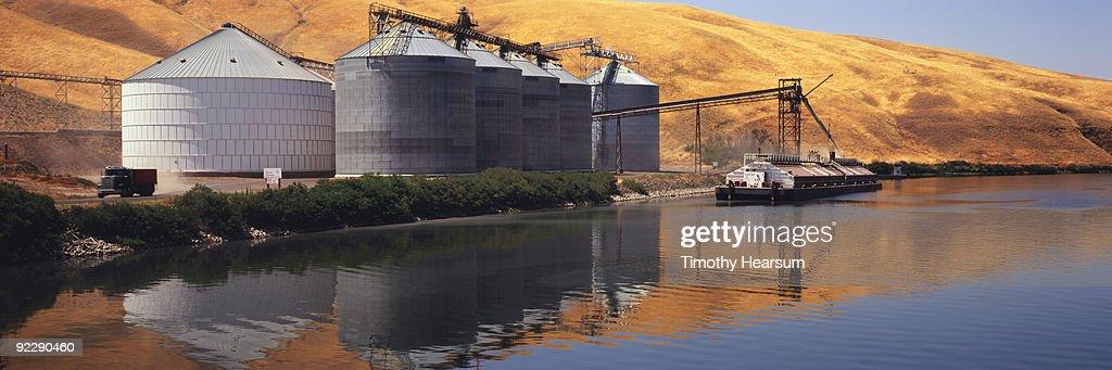 Loading grain on barge on Snake River : Stock Photo