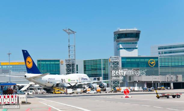 loading of a 747 jumbo jet of lufthansa airline - frankfurt international airport stock pictures, royalty-free photos & images