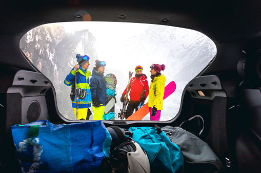 Loading the car after a skiing day in mountain - Snowboarder in the Alps - Group of friends having fun in a winter vacation - gettyimageskorea