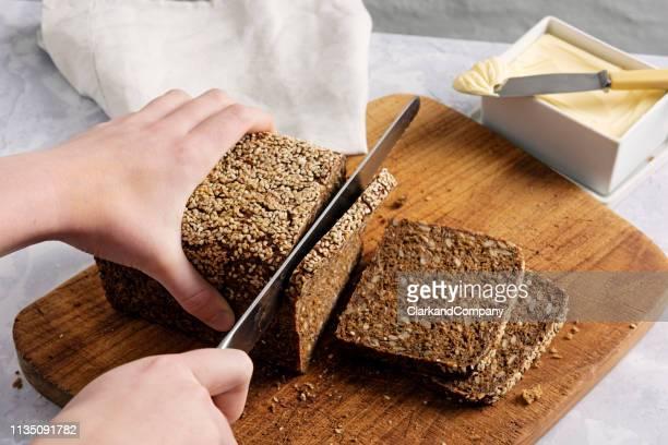 pagnotta di pane di segale biologico. - pane integrale foto e immagini stock