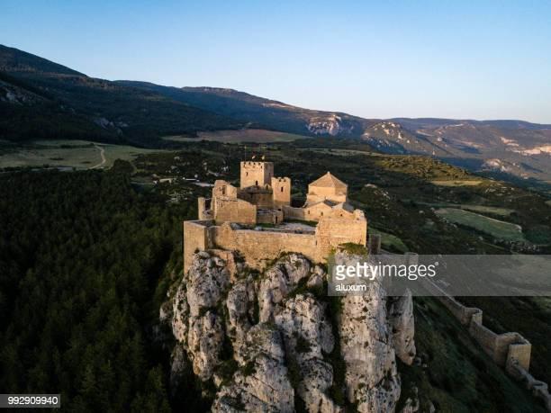 castillo de loarre en aragón españa - aragon fotografías e imágenes de stock