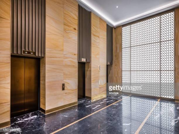 lobby in front of the hotel elevators - corredor caraterística de construção imagens e fotografias de stock