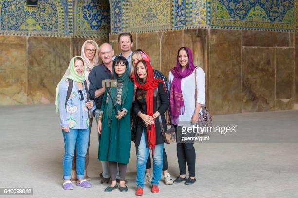 地元や外国人観光客が自撮り、シャーモスク、イスファハンを取る - アラベスクポジション ストックフォトと画像