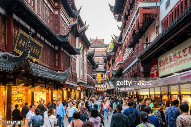 local and tourists enjoying shanghai's famous traditional architecture of yuyuan garden in evening at warm summer day in downtown shanghai in china, asia. - ancient stock pictures, royalty-free photos & images