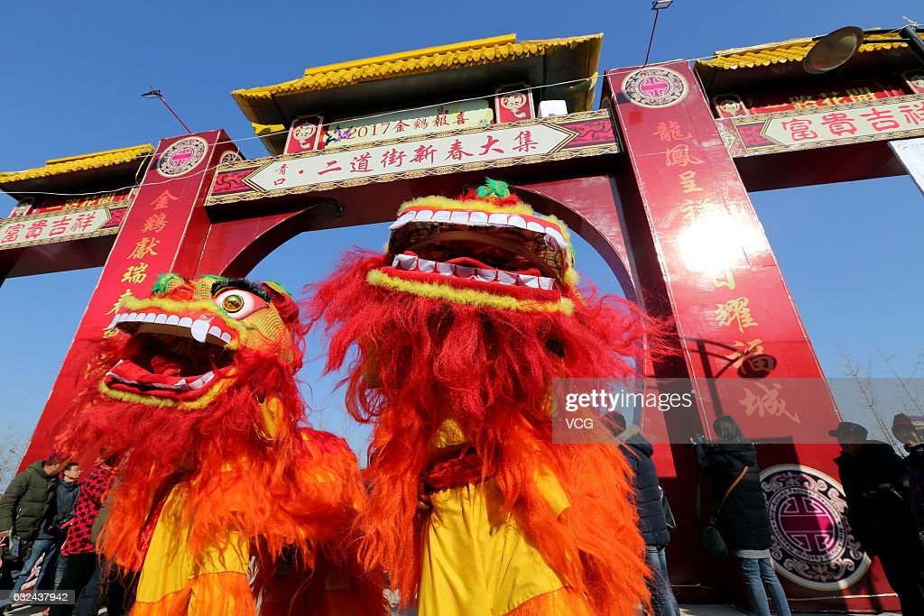 Dragon Dance And Lion Dance For Spring Festival : News Photo