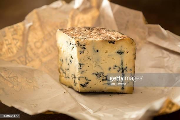 local blue cheese - blauwschimmelkaas stockfoto's en -beelden