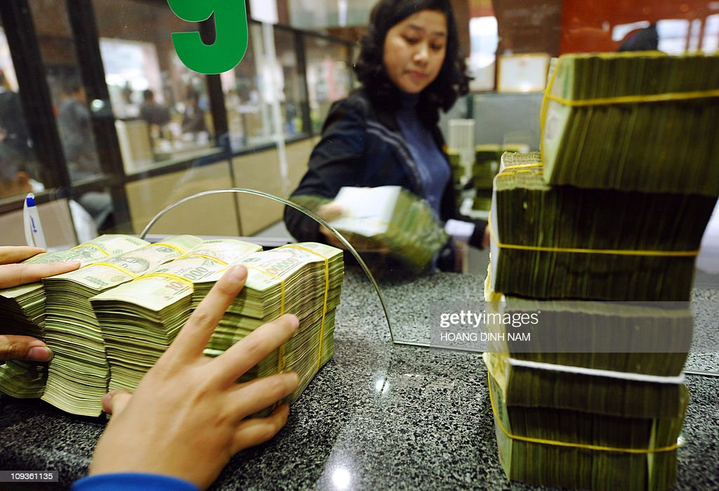 A local commercial bank staff receives b : News Photo