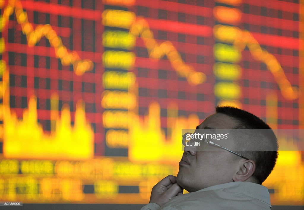 A local investor looks at the electronic : News Photo