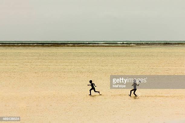 Locais de crianças jogar futebol em Raso água