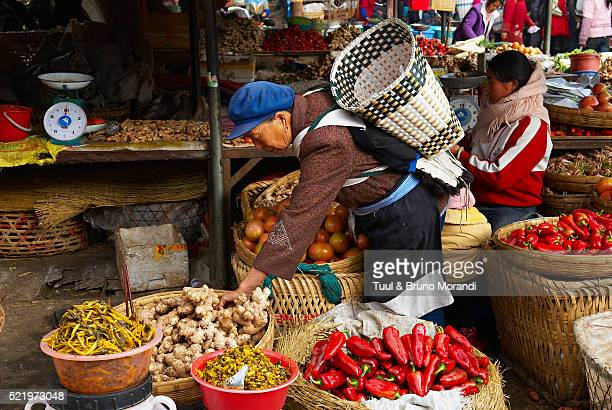 local market in city of lijiang, china - yunnan province stock pictures, royalty-free photos & images