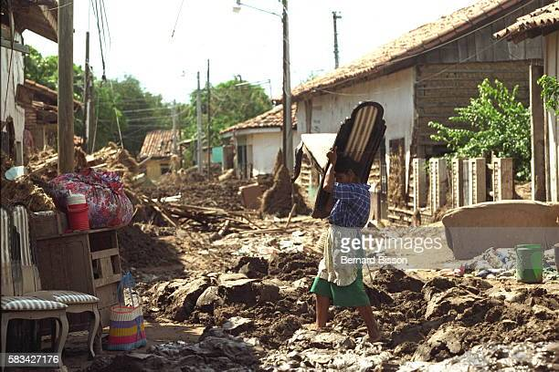 Local people cleaning up their mudflooded homes in Chuloteca
