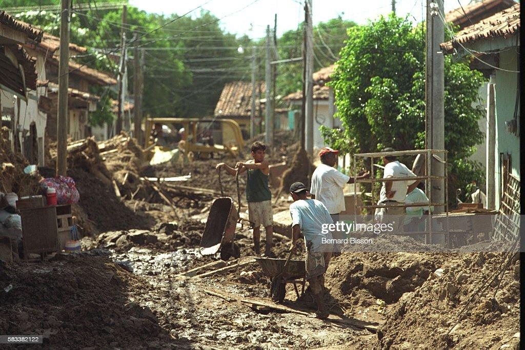 HONDURAS AFTER HURRICANE MITCH. : News Photo
