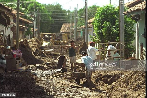 Local people from Chuloteca cleaning up their mud-strewn houses and streets.