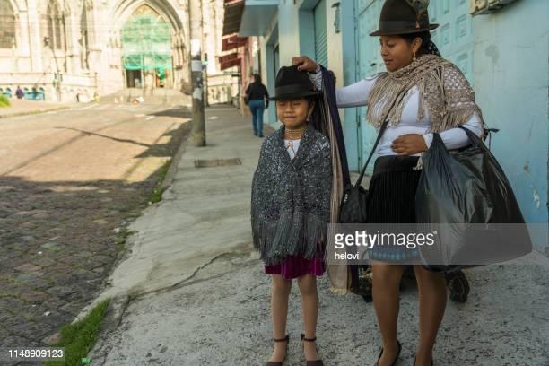 キトの路上で地元の人々 - キト ストックフォトと画像