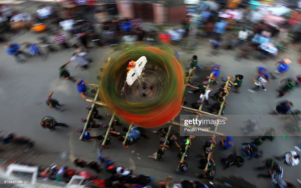 Local people rotate the traditional and unique chariot... : News Photo