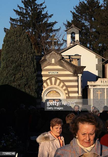 Local people visit the Ponti's chapel after Italian director Carlo Ponti is buried in the cemetery on January 12 2007 in Magenta Italy Italian film...