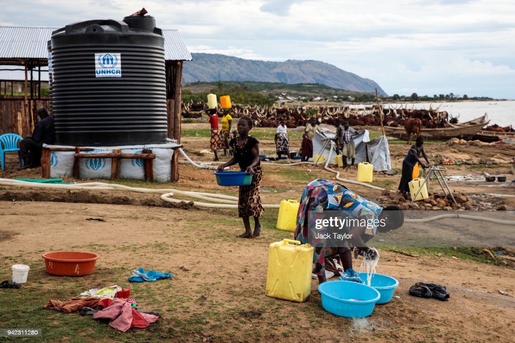 Congolese Refugees Cross Lake Albert Seeking Safety In Uganda : Nachrichtenfoto