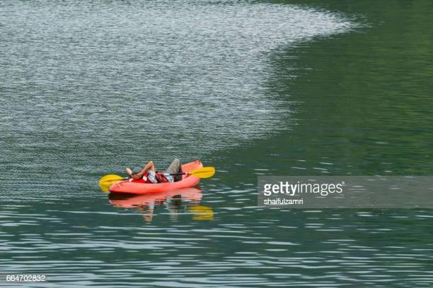 local tourist pause a while during kayak for enjoying the beauty  of royal belum rainforest park - shaifulzamri - fotografias e filmes do acervo