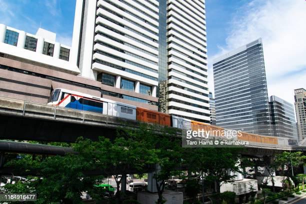local train running in the center of bangkok city - バンコク・スカイトレイン ストックフォトと画像