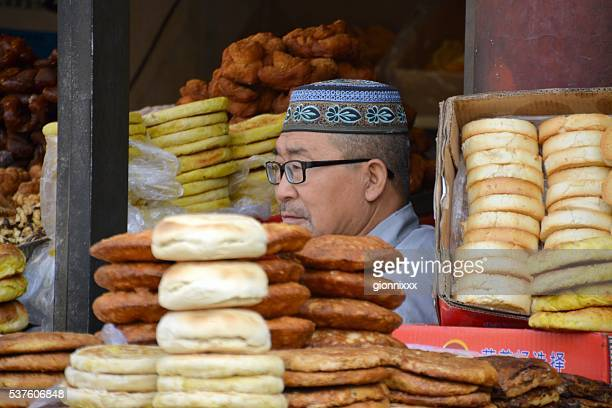 地元のベンダーイスラム教徒のベーカリーエンプティークオーターたフフホトは、内モンゴル自治区 - カリフォルニア州ベーカー ストックフォトと画像