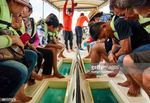 local visitors on a glass bottom boat on samae san island in thailand - golf von thailand stock-fotos und bilder