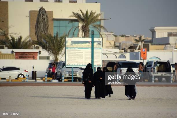 Einheimische Frauen am öffentlichen Strand von Jumeirah, Dubai, Vereinigte Arabische Emirate