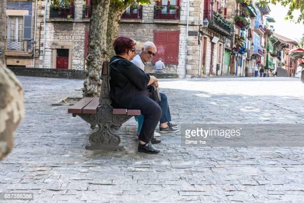 オンダリビアの広場に地元の人々。スペイン。 - オンダリビア ストックフォトと画像