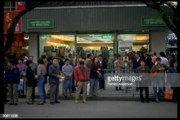 Nacarado Superposición bronce  Locals waiting at bus stop by Benetton Italian clothing shop, 1 of... News  Photo - Getty Images