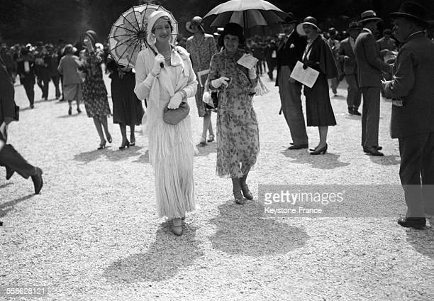 A l'occasion de la grande epreuve annuelle de steeplechase presentation des dernieres creations des grands couturiers parisiens ou l'on constate le...
