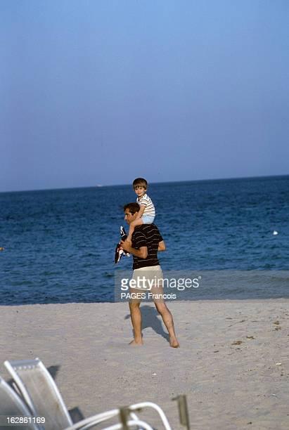 Rendezvous With Roger Vadim On Holiday In SaintTropez Ramatuelle Juin 1966 à l'occasion des vacances Roger VADIM réalisateur poète en short et...