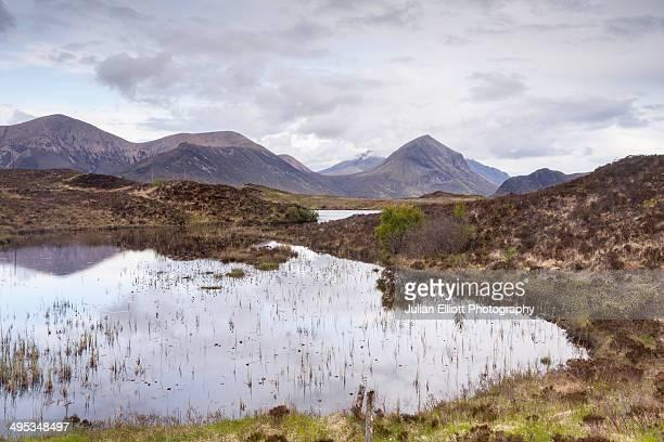 loch nan eilean and glen sligachan. - glen sligachan photos et images de collection