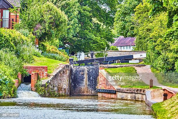 lock on canal at stratford-upon-avon - ストラトフォード・アポン・エイボン ストックフォトと画像