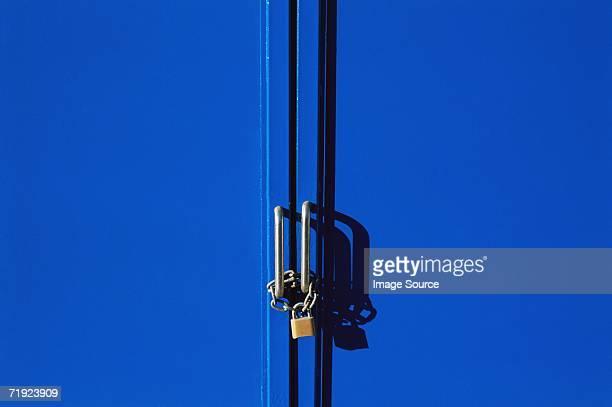 locked doors - lucchetto foto e immagini stock
