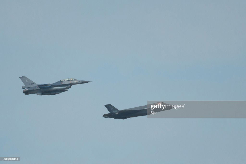 Lockheed Martin F-35 Joint Strike Fighter and F-16 Fighting Falc : Stockfoto
