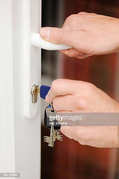 Ab- oder Aufschließen eine moderne verglaste Tür
