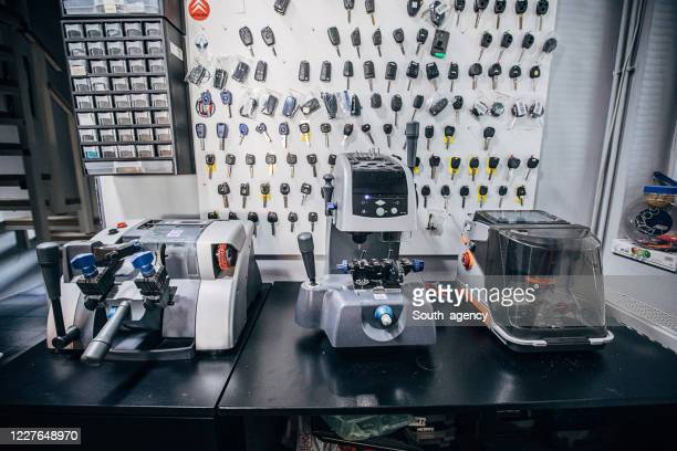 slotenmakersmachines voor autosleutels - locksmith stockfoto's en -beelden