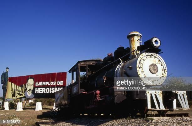 locomotive et panneau de propagande rvolutionnaire mis en place par les Comits de Dfense de la Rvolution sur la route entre Cayo Santa Maria et...