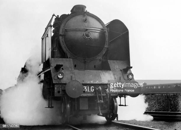 Locomotive à vapeur de type Pacifique de la compagnie du chemin de fer Paris-Lyon-Méditerranée , en France, en 1938.