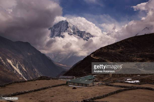 lodge in machhermo surrounded by himalayan peaks, everest base camp via gokyo trek, nepal - khumbu stock pictures, royalty-free photos & images