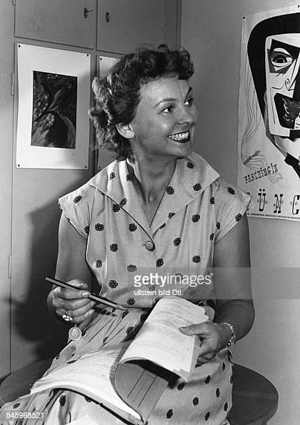Loebel Bruni *Schauspielerin D Halbportrait traegt ein Hemdblusenkleid mit Punkten 1955