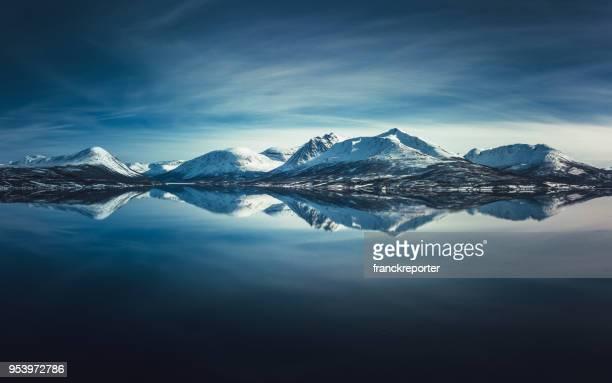 lofoten skyline met de snowcapped pieken - arctis stockfoto's en -beelden