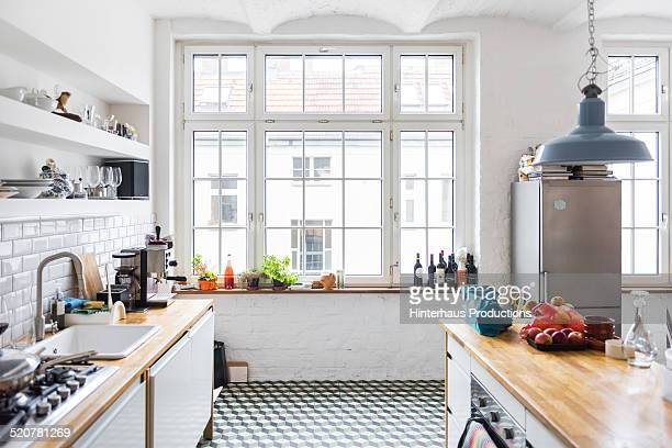 loft apartment kitchen - niemand stock-fotos und bilder