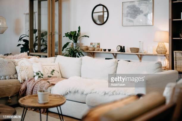 interior de la sala de estar loft con un diseño moderno, elegante y acogedor - cojín fotografías e imágenes de stock