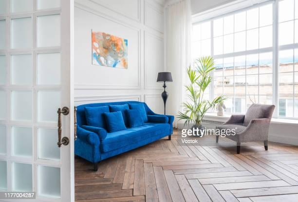 loft studio apartment in a classic style - pièce intérieur de maison photos et images de collection
